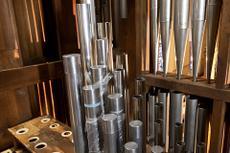 Der Wiedereinbau der Pfeifen und technischen Komponenten